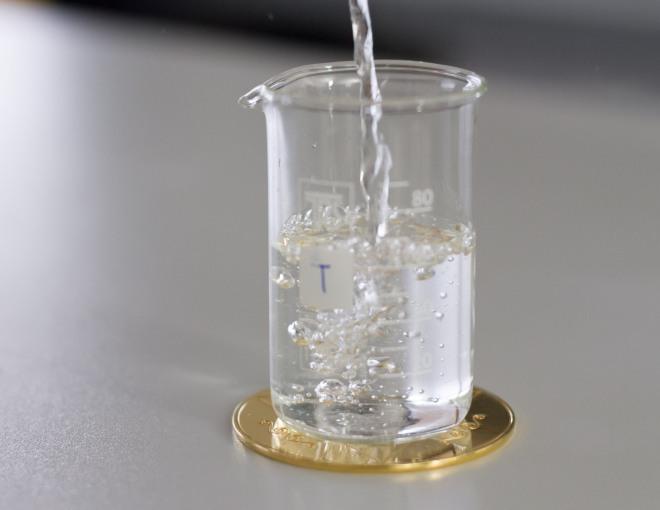 izdelek energizira vodo